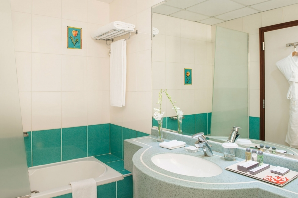 Coral Deira Deluxe room bathroom