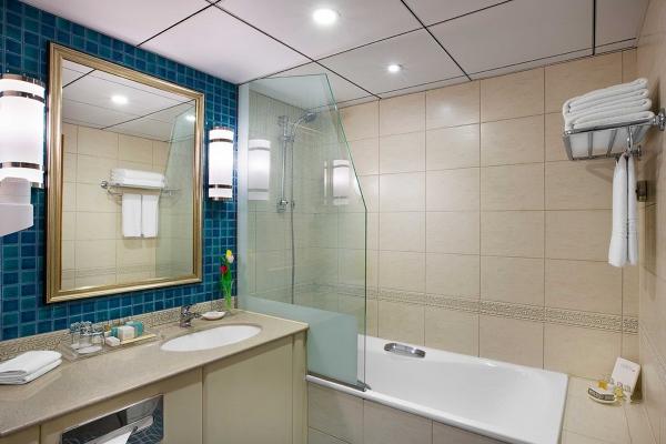 حمام غرفة ديلوكس في منتجع كورال بيتش الشارقة