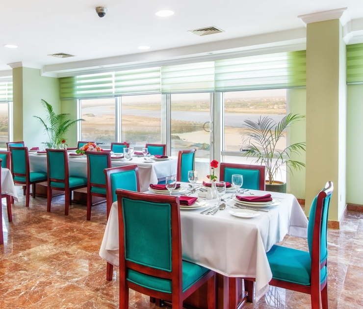 فندق وشقق إيوا الخرطوم مطعم النيل الازرق